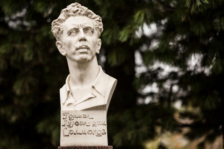 Бюст Фармана Салманова.