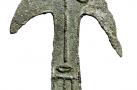 Изображение орнито-антропоморфное. Бронза. Литье. 12,8×3,1×0,2 см. Соровской ритуальный комплекс. Рубеж I тыс. до н. э. – I тыс. н. э. Кулайская АК.