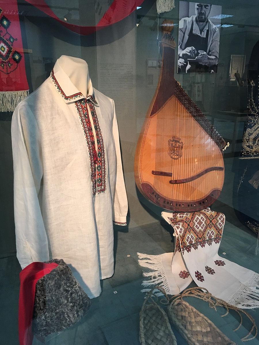 Национальная одежда и музыкальный инструмент