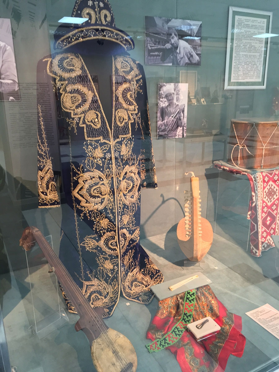 Национальный костюм и музыкальные инструменты