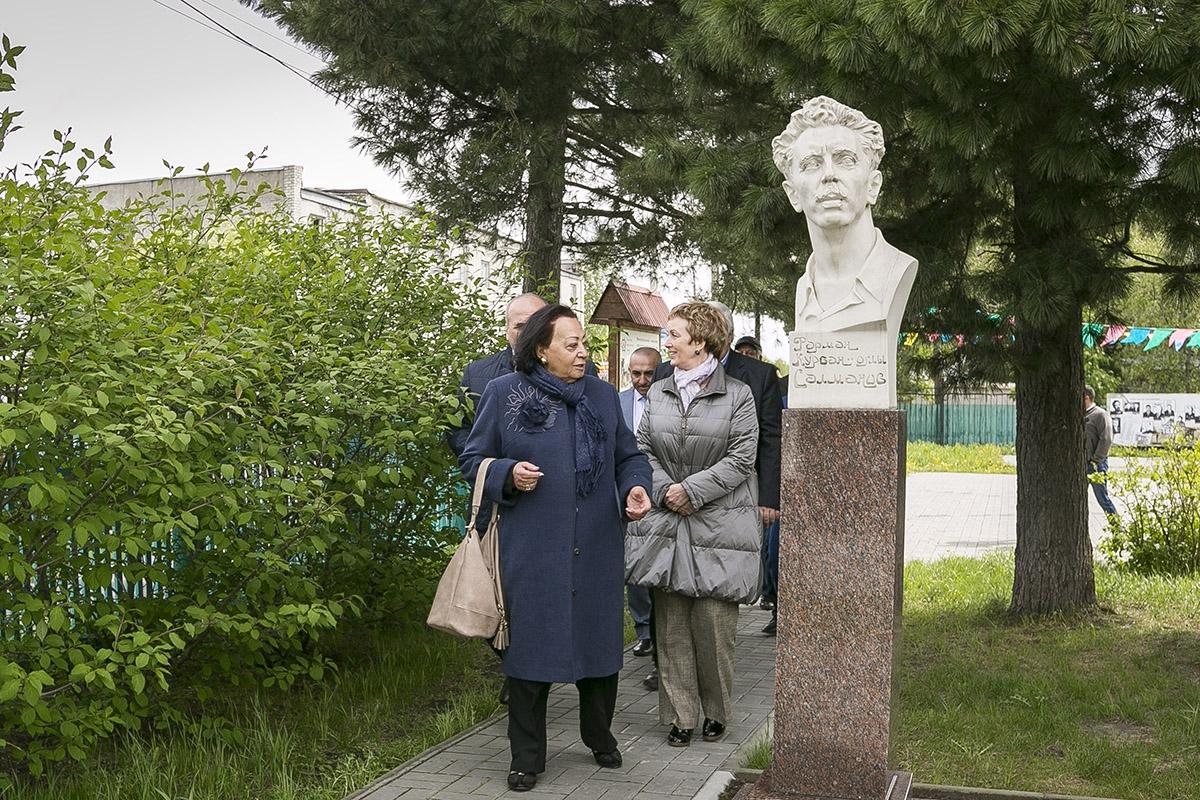 Зарифа Салахова на территории мемориального комплекса (2)