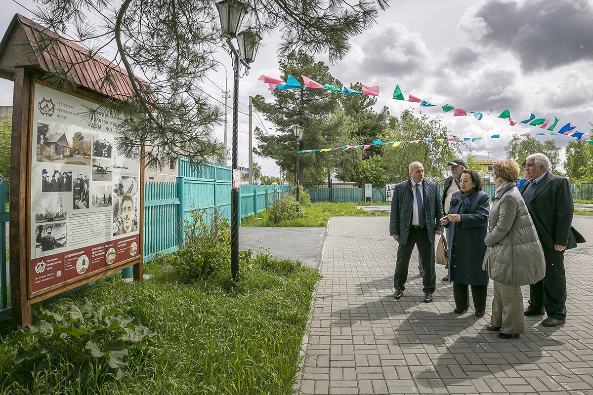 Зарифа Салахова на территории мемориального комплекса