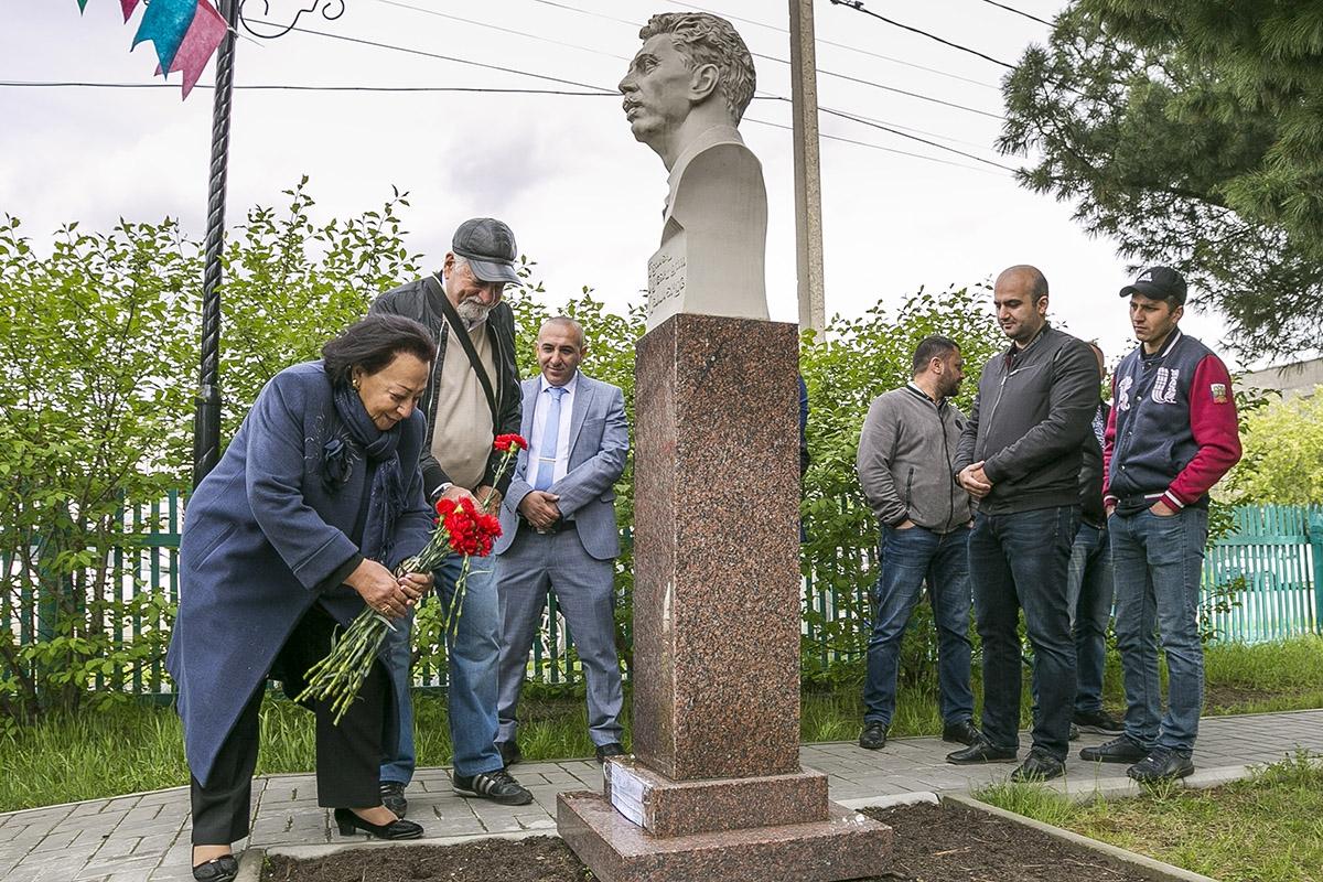 Зарифа Салахова возлагает цветы к бюсту Салманова