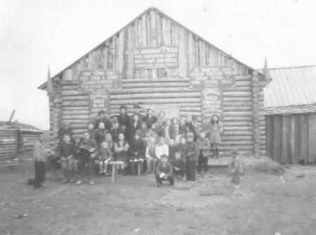 ZHiteli-s.-Salyim-sredi-nih-mnogo-hantyi-u-Krasnogo-chuma-v-den-1-maya-1951-g.